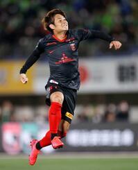 湘南―浦和 後半、決勝ゴールを決め、跳び上がって喜ぶ浦和・関根=BMWスタジアム