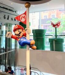 米ニューヨークにある、任天堂のゲームや関連グッズを扱う専門店内の「マリオ」の装飾(共同)