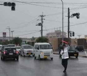 停電で各交差点の信号機が止まり、警察官が交通整理に追われた=6日午後10時50分すぎ、石垣市真栄里