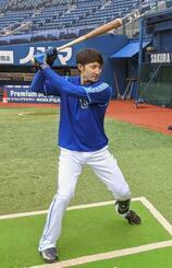 打撃練習するDeNAの伊藤光=23日、横浜スタジアム(球団提供)