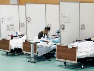 (資料写真)沖縄本島南部にある入院待機ステーションで酸素投与などを受ける患者ら(県提供)=8月(画像の一部を加工しています)