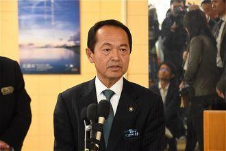 報道陣の質問に答える渡具知武豊名護市長=2月23日、名護市役所(資料写真)