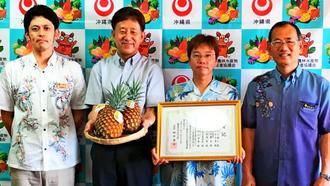園芸学会九州支部の進歩賞を受賞した農業研究センター名護支所の竹内誠人主任研究員(右から2番目)ら=23日、県庁