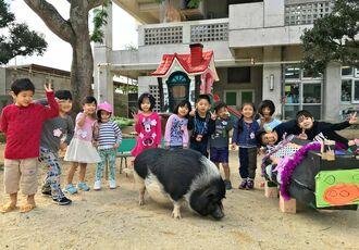 生活発表会でぷりんちゃんの模型(右端)を作った子どもたちもいた(大山幼稚園提供)