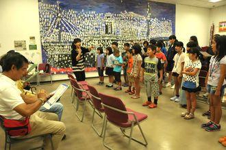 平和への願いを込め合唱する子供たち