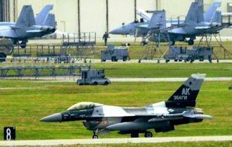 米軍嘉手納基地に飛来したF16戦闘機=27日午後4時17分、同基地