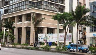 那覇市内も台風18号の影響で風が強まっている=13日午前8時10分、那覇市久茂地