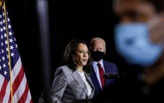 13日、米デラウェア州での選挙運動で発言するバイデン前副大統領(奥右)とハリス上院議員(ロイター=共同)