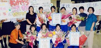 少年試合で優勝して空港で出迎えを受ける(前列右から)石原舞子、城間望、城間さやか=2010年9月29日、那覇空港