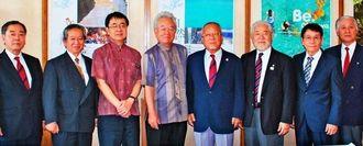 空手振興に向けた協力を求めた阿波根直信会長(右から2人目)と喜友名朝孝理事長(左から2人目)=23日、県庁