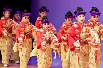 華やかな衣装で「貫花」を踊る島袋本流紫の会の子どもたち=31日、那覇市久茂地・タイムスホール